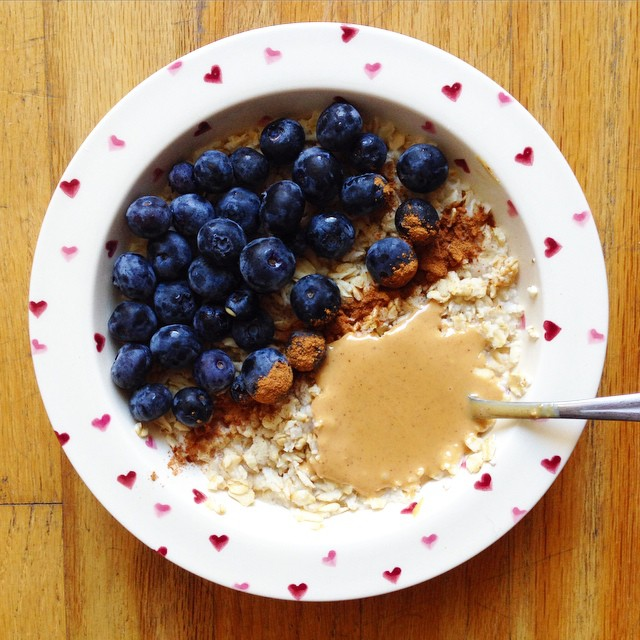The simplest of breakfasts. Oats, blueberries, cinnamon and peanut butter. Done in two minutes! What are you munching on for #breakfast today?
