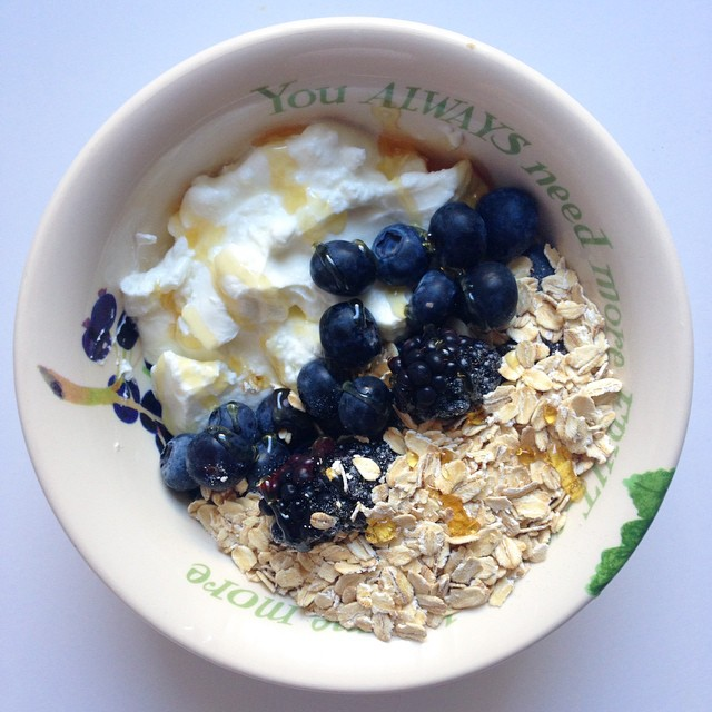 A 5 min breakfast: 2% fage yogurt, blueberries/blackberries and raw oats. Drizzle of honey. Did you know you can eat raw oats? You get all the same benefits and you don't need to spend any time cooking them. #breakfast